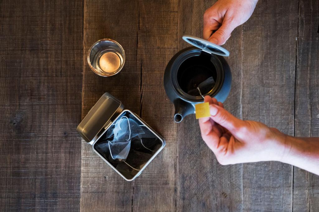 Praticità o gusto? Come scegliere tra bustina del tè e tè sfuso